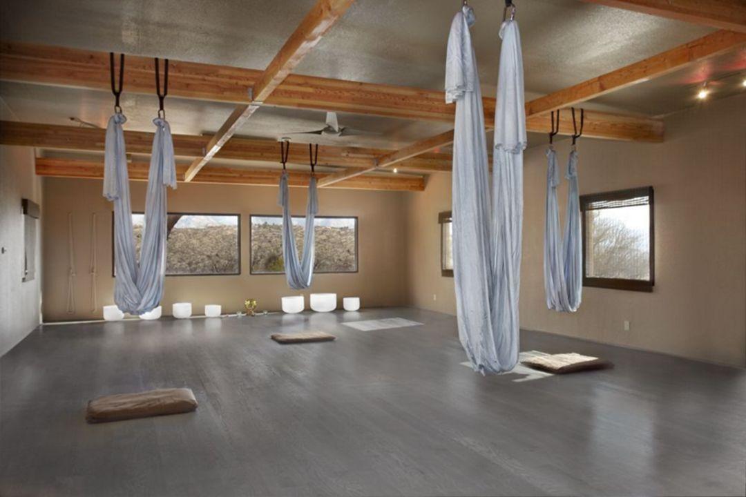 Make Your Body Fit With 35 Amazing Yoga Studio Design Ideas Yoga Studio Design Yoga Studio Decor Yoga Studio Interior