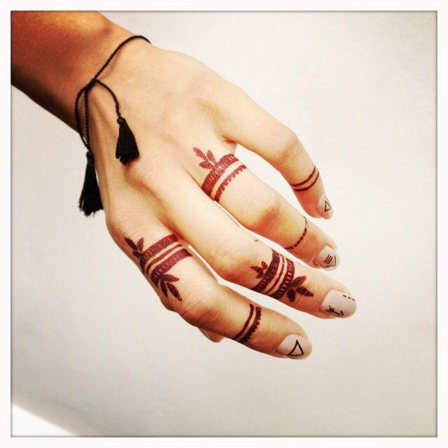 Finger Mehndi Simple : Finger henna https facebook mercedesnailsart