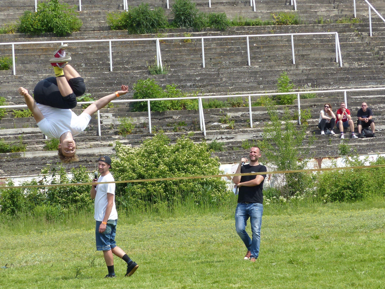 Kromě jídla nabídli pořadatelé i zónu sportu, zde například v podobě slackline akrobacie.