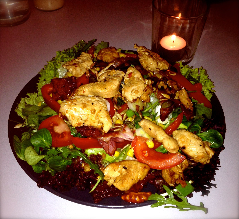 frischer Salat mit Hähnchenbrust und Becon... super lecker und vollkommen ausreichend zum satt werden ;)
