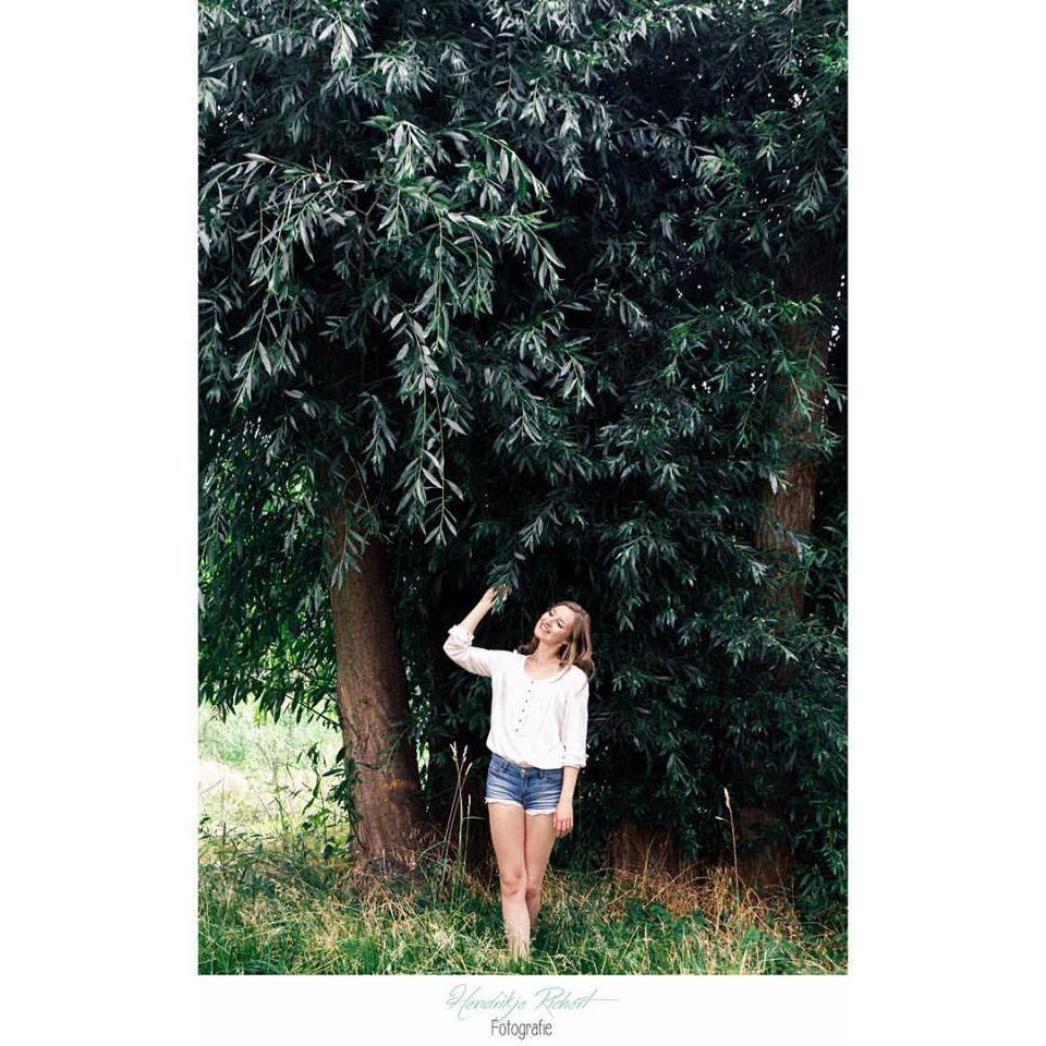 Frau| Mädchen| Sommer| Baum| Natur| Blätter| weiße Bluse| blaue Hotpants| Lachen| Lächeln| outdoor| Portrait| Fotografin| Mecklenburg-Vorpommern| Neubrandenburg| Greifswald|  https://www.facebook.com/HendrikjeRichertFotografie  https://www.hendrikje-richert-fotografie.de/