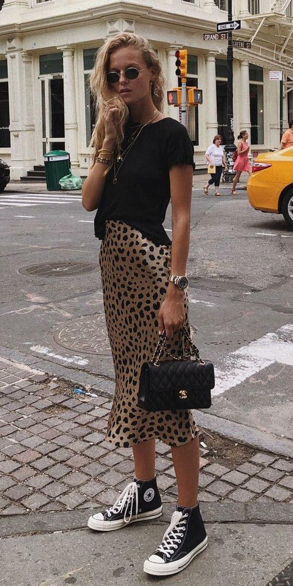 Musa do estilo Marie von Behrens  Blusa preta saia midi com estampa de oncinha tênis all star preto de cano médio mix de colares