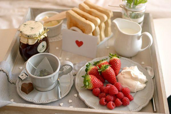 Te compartimos una bonita idea para que le lleves el desayuno a la ca a a esa persona especial - Bandeja desayuno cama ...