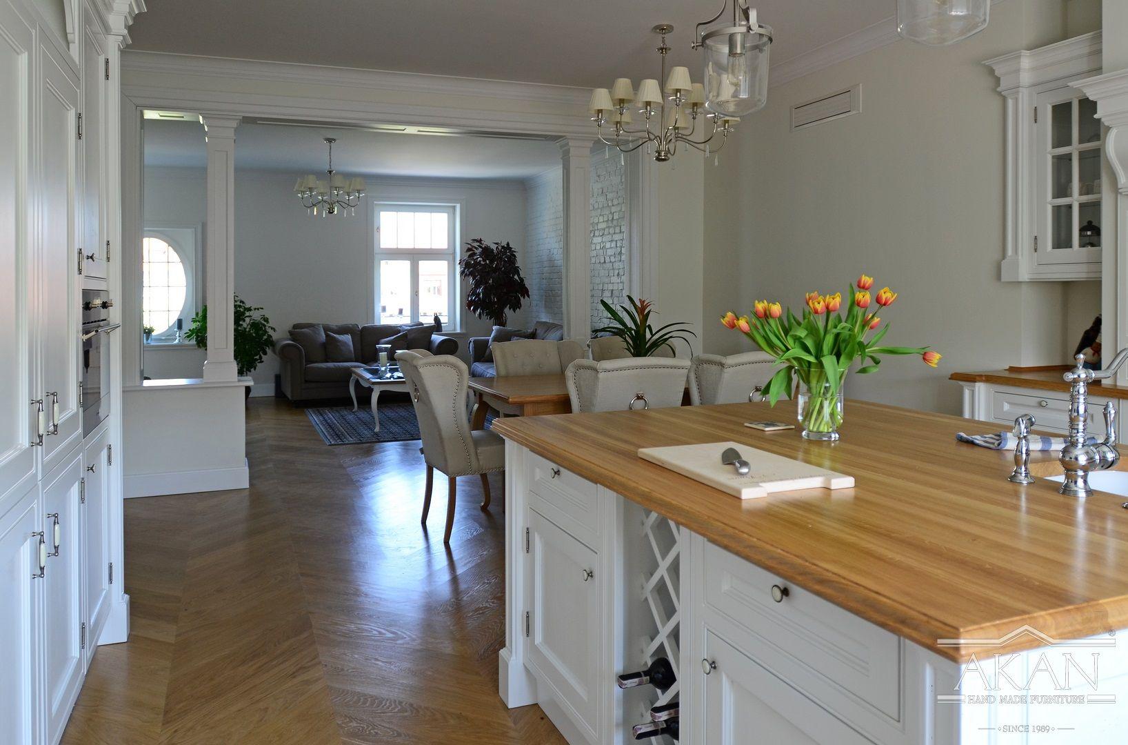 Widok Zabudowy Kuchni W Stylu Klasycznym Z Wyspa Kuchena Kitchen Kitchenideas Kitchenisland Woodkitchen Wood Solidwood Roya Furniture Home Decor Decor