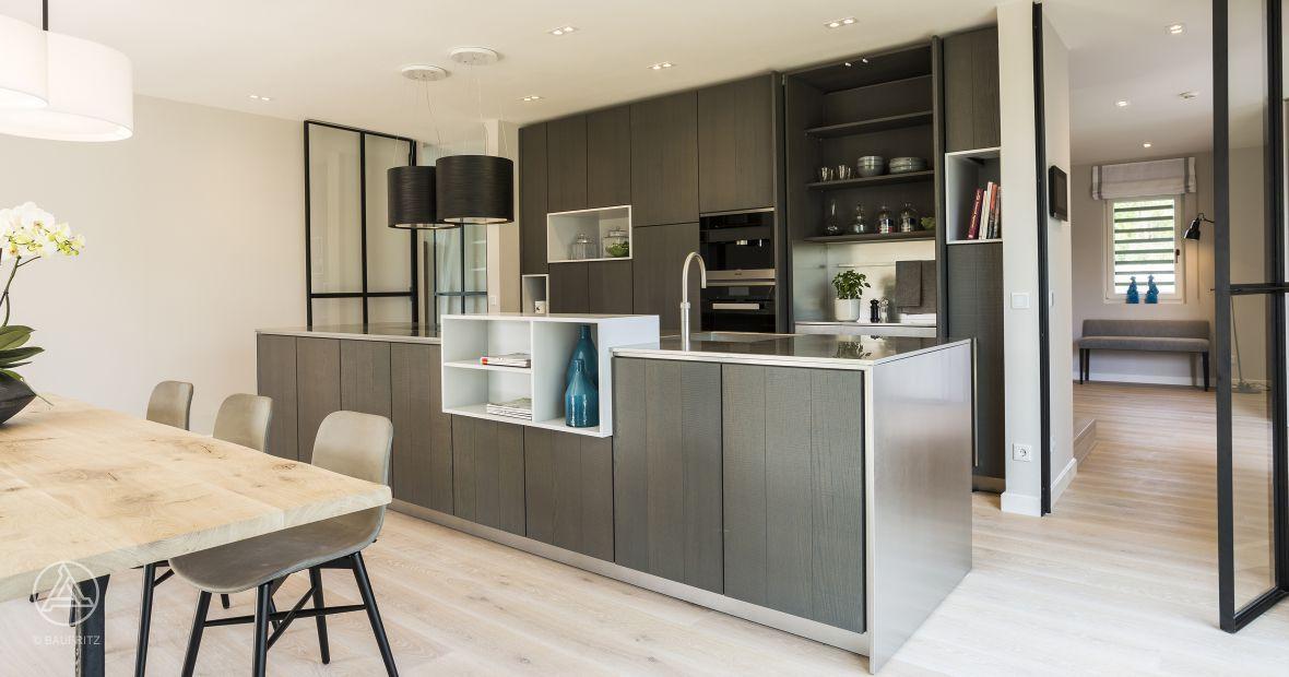 Mehrfamilienhaus Küche, Essbereich, hellgraue Küche und weißer - küche mit esszimmer