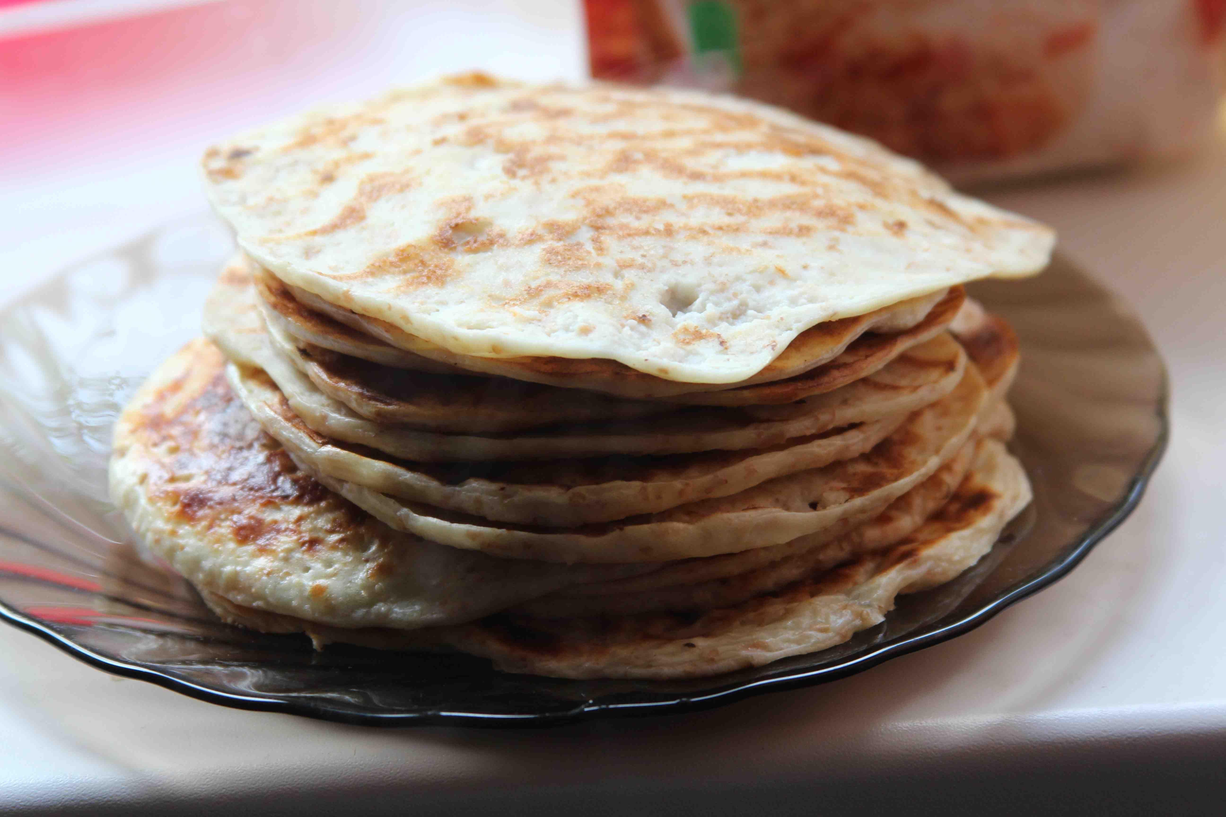 Когда сложные кулинарные блюда уже порядком надоели, особое удовольствие можно получить от поедания свежих и румяных лепешек, пожаренных на сковороде.
