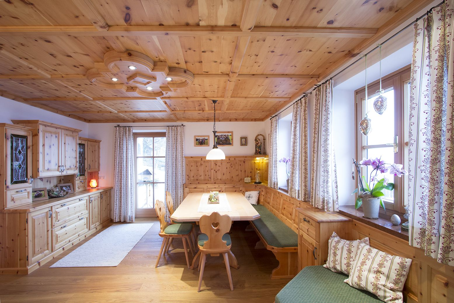 Good Zirbenstube im Landhaus Stil Mit Schrank und Liege aus Zirbenholz Esstisch gefertigt in