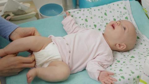 Neugeborenes Schreit Beim Wickeln