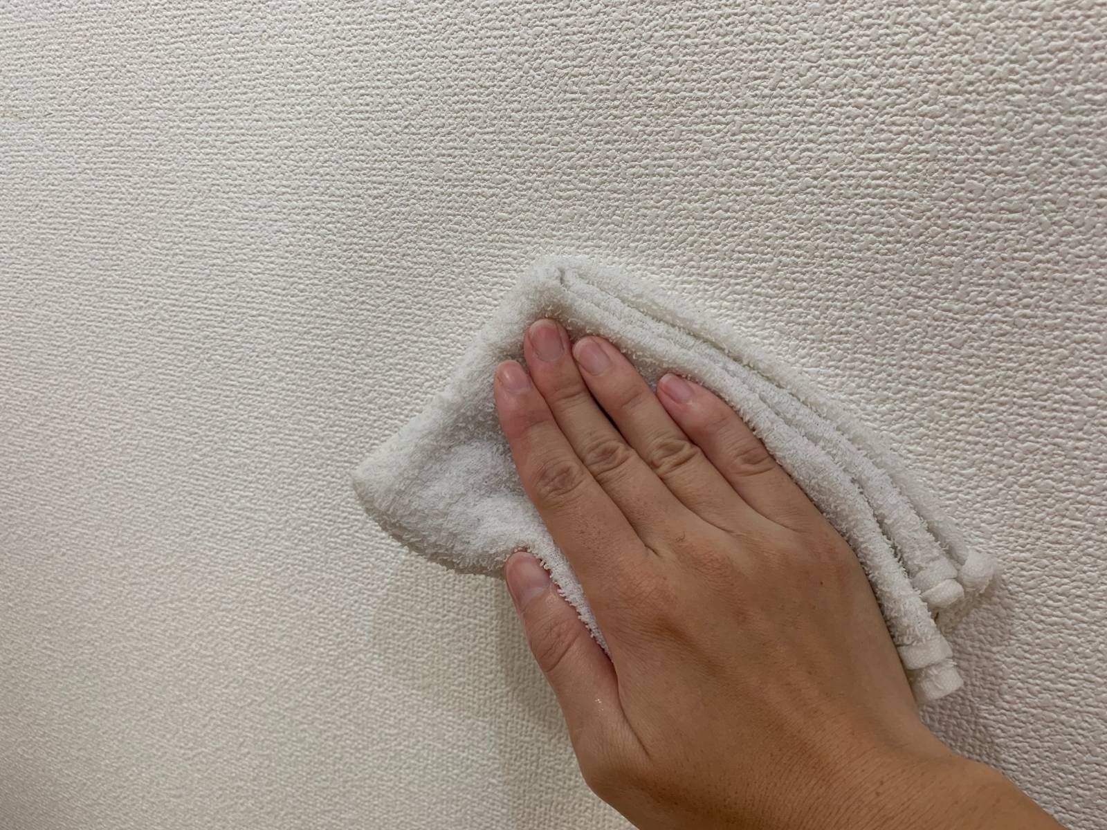 オキシクリーンで壁紙を掃除 フローリングもソファも リビングを丸ごときれいにする方法 壁紙 掃除 生活の裏技 オキシクリーン