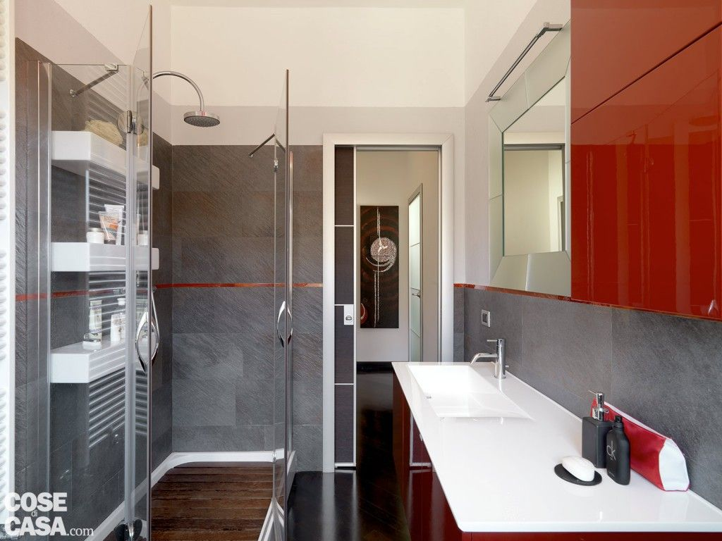 Pavimento Rosso Lucido : Una casa moderna su livelli sfalsati idee bagno