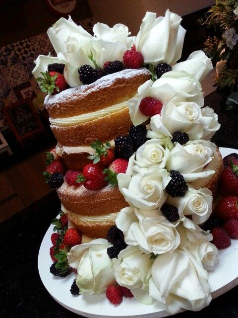 Naked cake fruits and flowers