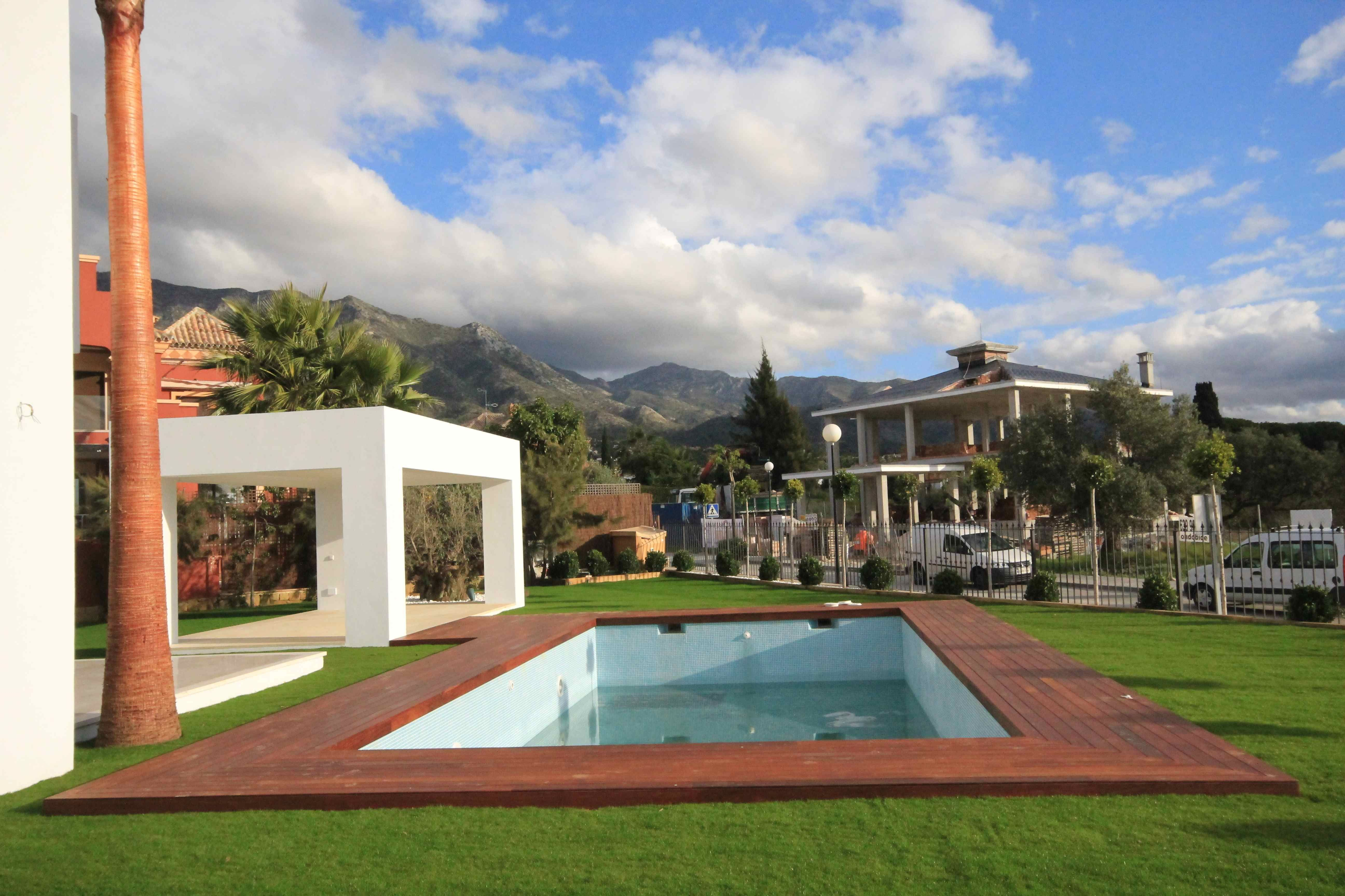 piscina, tarima exterior y césped artificial se acerca el