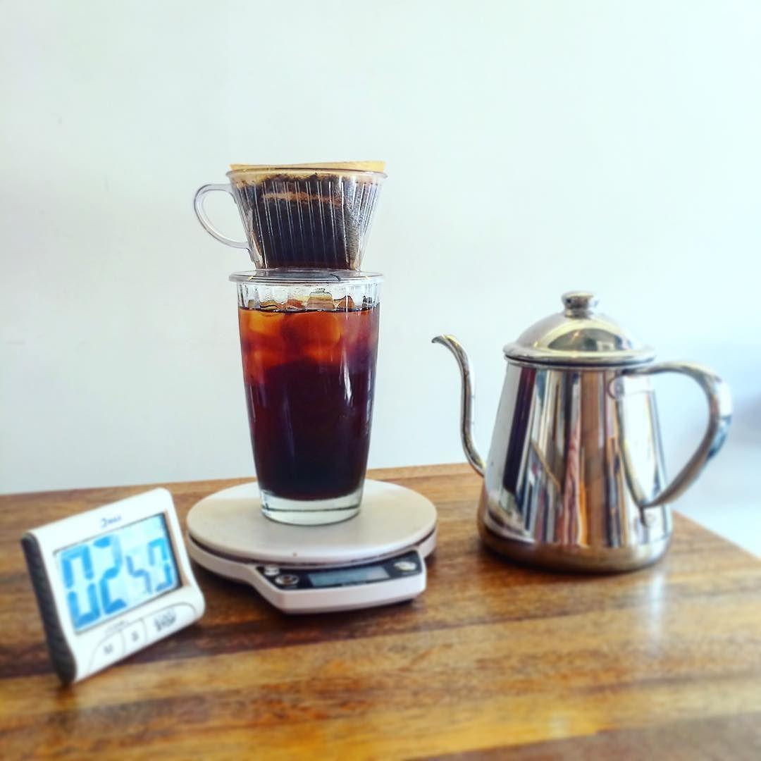 10 년 된 다카히로 0.9L 드립포트. 7 년 된 타이머와 칼리타 드리퍼. 5 년 된 전자 저울. 36 년 된 아재가 만든 커피맛은... 걍 커피맛. 커피에 의미부여하지마.ㅋㅋ  #baristalife #kalita #driper#icedcoffee #handdrip #takahiro #drippot #coffee #pourover  #커피 #카페 #핸드드립 #아이스커피 #아재바리스타 #대치동 #커피볶는김판다 #다카히로 #칼리타 http://ift.tt/20b7rle