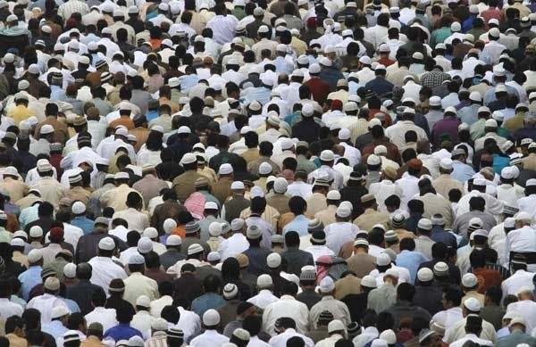 People gather to attend Eid al-Fitr prayers in Karachi August 9, 2013. Eid al-Fitr marks the end of the holy month of Ramadan.