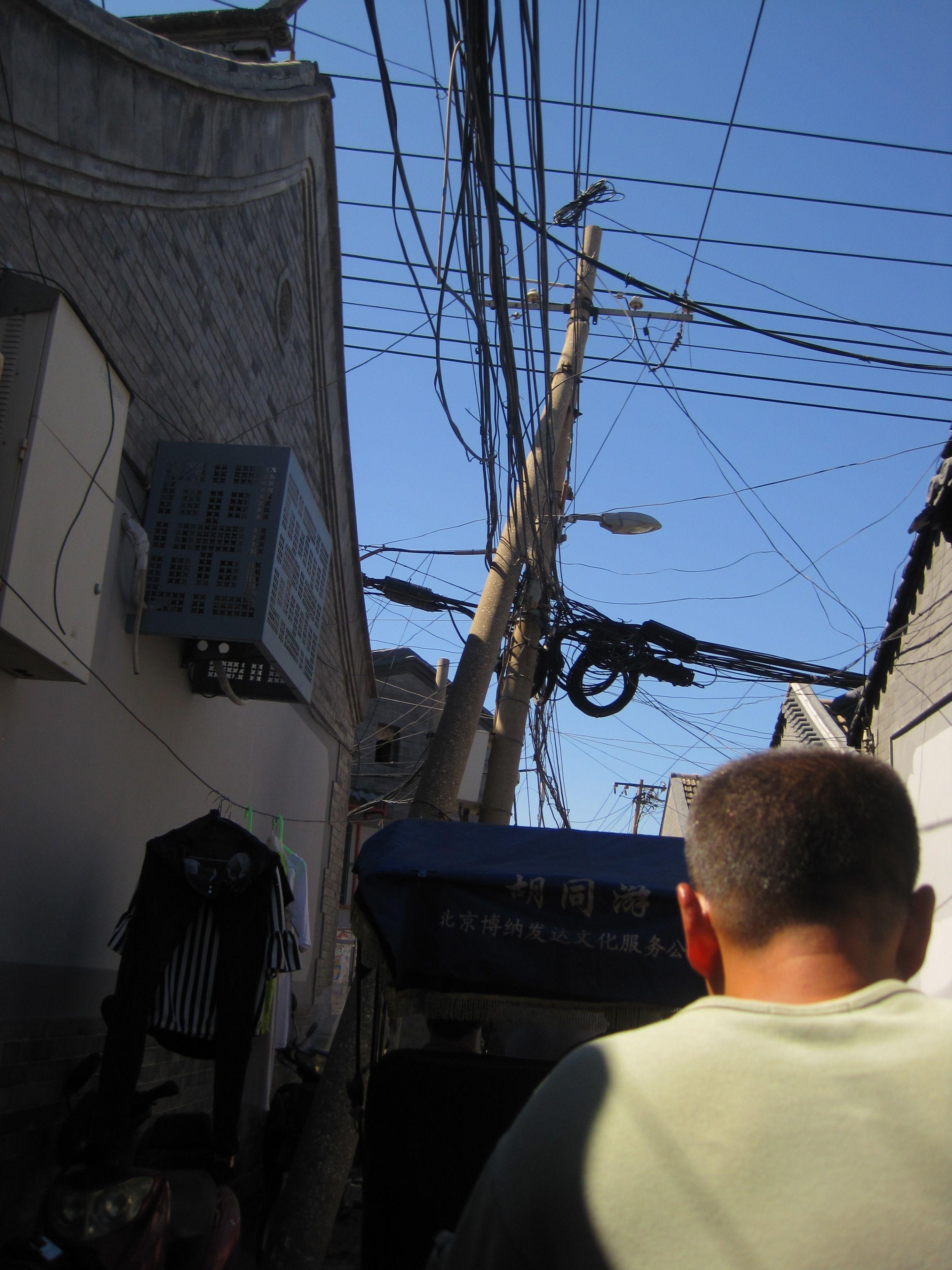 020715 Beijing hutongeja sähköavusteisin polkupyöräriksan kyydissä. Huom sähköasennukset.