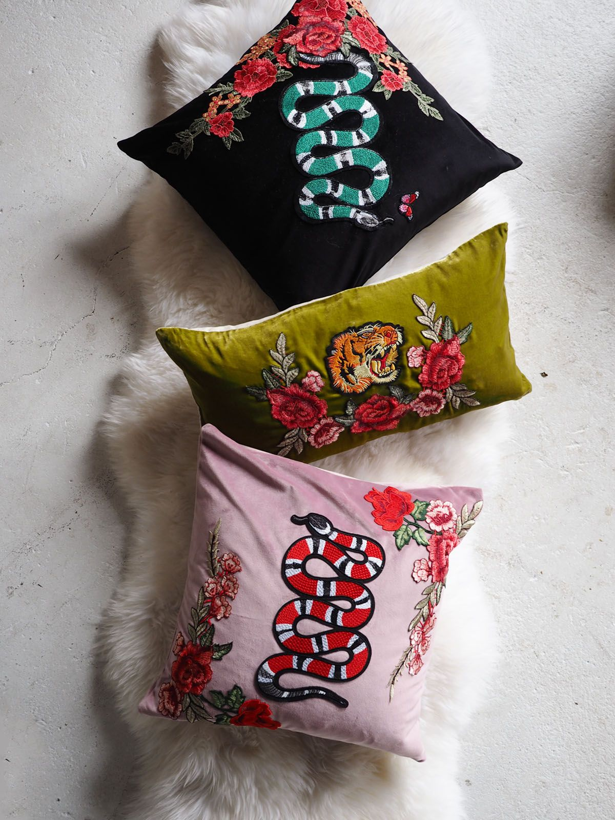 Cuscini Gucci.Home Diy Make These Gucci Style Velvet Applique Pillows