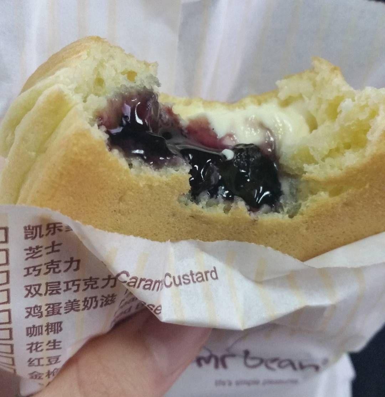 #싱가폴라이프 #싱가폴음식 #데일리그램 내사랑 미스터빈... 3월 말까지 치즈가 들어간 빵을 한정판매한다! 난 벌써 2번 먹었고... 사실 3번 시도했는데 한번은 아주머니가... tuna + cheese 로 주셔서 아주 짠맛의 항연이였다. 내일 또 먹으어 가야징 #mrbean