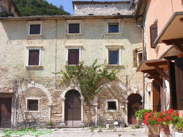 Molina: case in pietra con tetti in pietra
