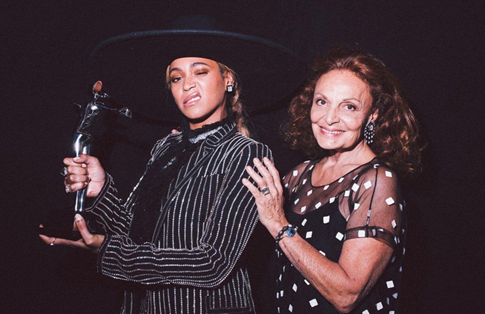 """La cantante recibe el premio de manos de la diseñadora Diane Von Fusterberg en medio de los rumores de infidelidad por Jay-Z Beyoncé se hizo ganadora de el premio """"Icono de la Moda"""" que concede anualmente el Council of Fashion Designers of America. La cantante texana asistió con su marido, Jay-Z, su hija Blue Ivy, […]"""