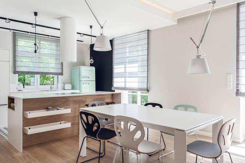 W Tej Nowoczesnej Jadalni Polaczonej Z Kuchnia Kroluje Wspolczesny Design Zestaw Z Bialym Stolem Tworza Kolorowe Krzesla Ma Kitchen Design Home Decor Interior