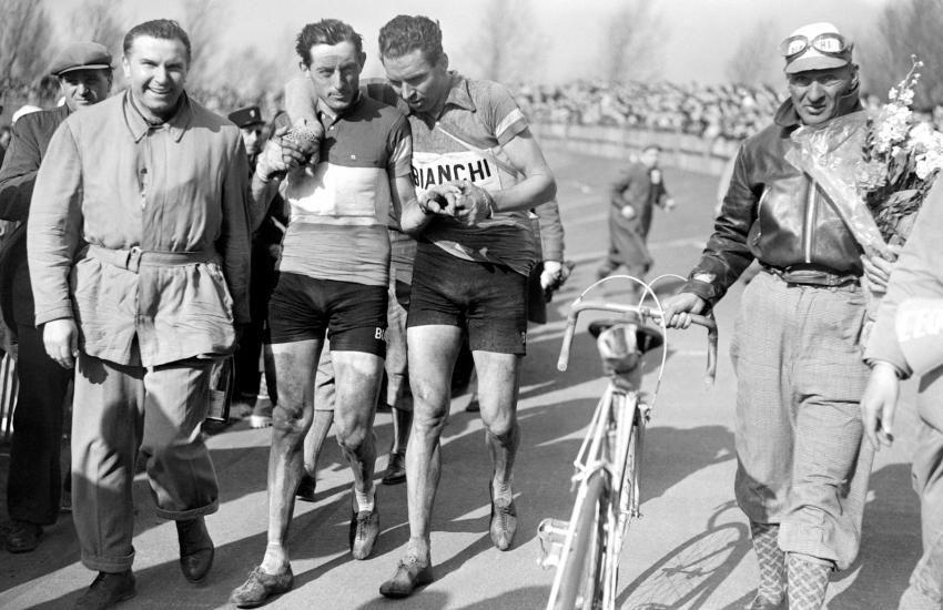 Parigi-Roubaix 1950, 9 aprile. Fausto Coppi (1919-1960) festeggiato dopo la vittoria da Oreste Conte (1919-1956), 17° al traguardo