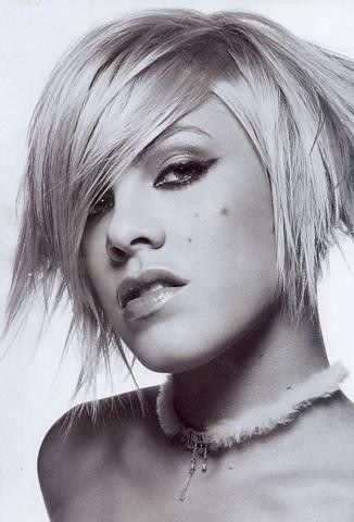 Pink with a very textured bob Pink chanteuse, Cheveux