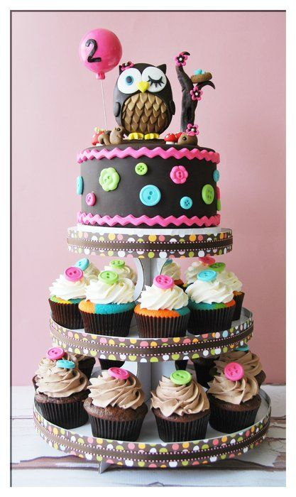 Owl creation this time in a form of a tower with matching cupcakes