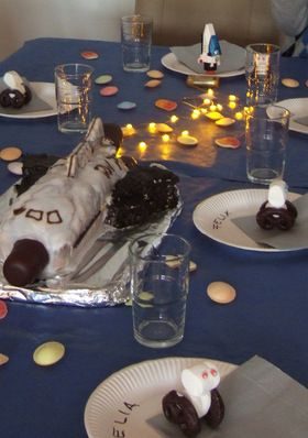Spaceshuttle-Geburtstagskuchen und Weltraumtischdeko via achistdasnett.com