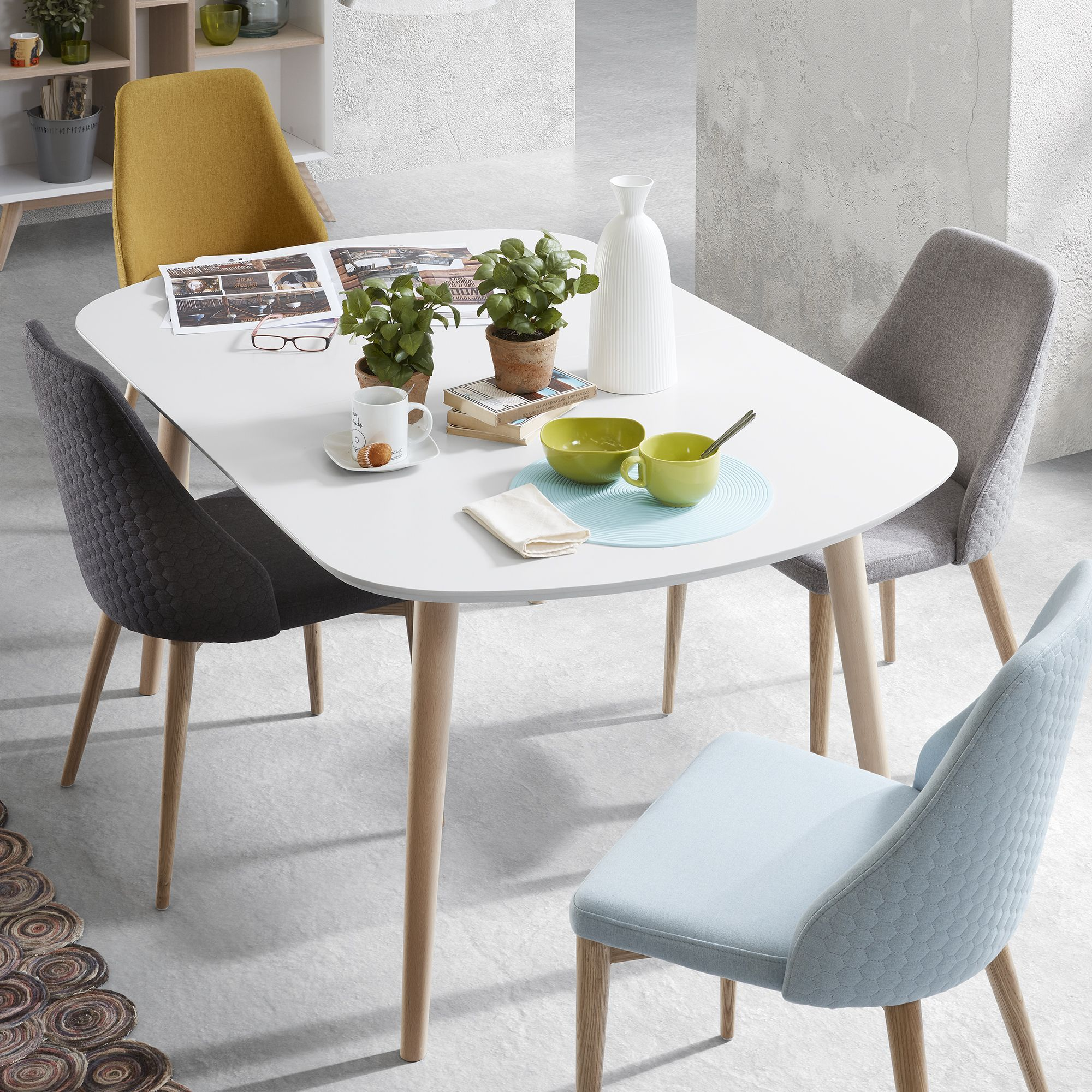 Verrijk je eetkamer met deze prachtige lichtgrijze for Merk stoelen