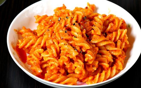 طريقه مكرونه باستا بالصلصة الحمراء Easy Pasta Recipes Yummy Pasta Recipes Tasty Pasta