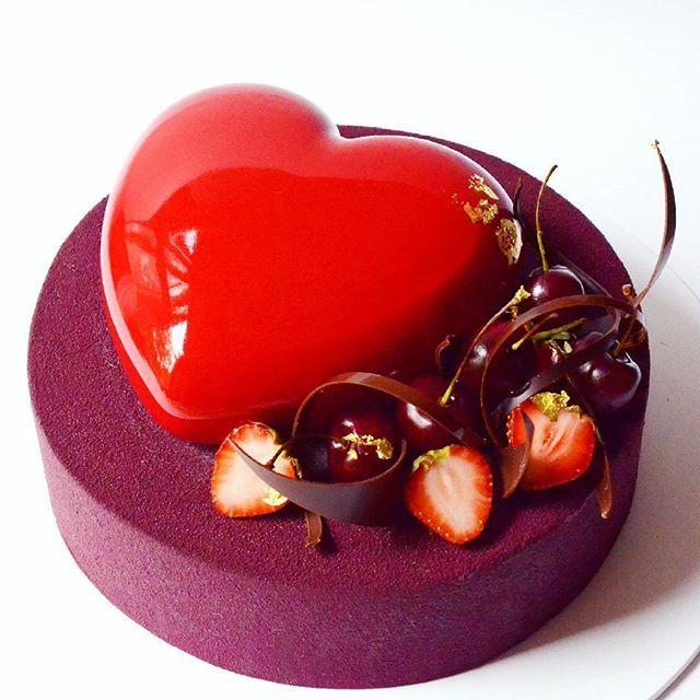 Вишня-чили: нежнейший бисквит брауни с перцем чили и вяленой вишней, вишневое желе с кусочками ягод, креме вишня, шоколадный мусс с перцем чили