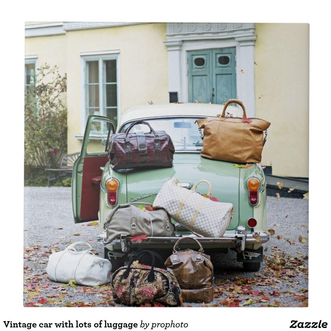 Coche del vintage con las porciones de equipaje azulejo cuadrado grande