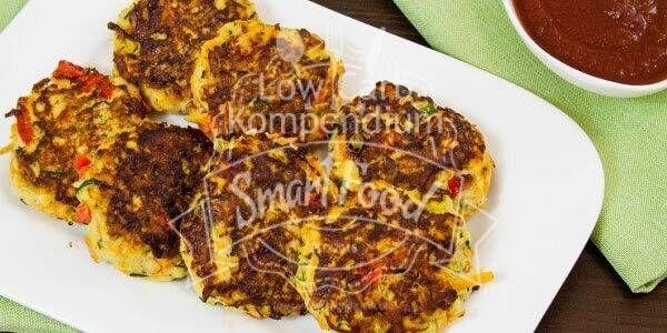 Gemüse-Frikadellen mit würziger Tomatensoße - Low-Carb & vegetarisch