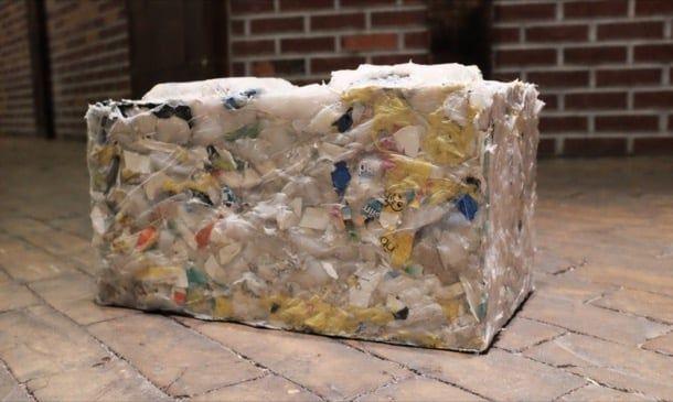 RePlast: bloques de plástico reciclado. La startup ByFusion creó la máquina que hace posible la fabricación de unos bloques de plástico reciclado, que son aptos para la construcción de muros. Este nuevo material tiene un 95% menos de huella de carbono que el bloque tradicional de hormigón. Posee además un gran aislamiento acústico y térmico. Aporta puntos para la certificación LEED.  #Materialesinnovadores, #Sostenibilidad, #Vídeos