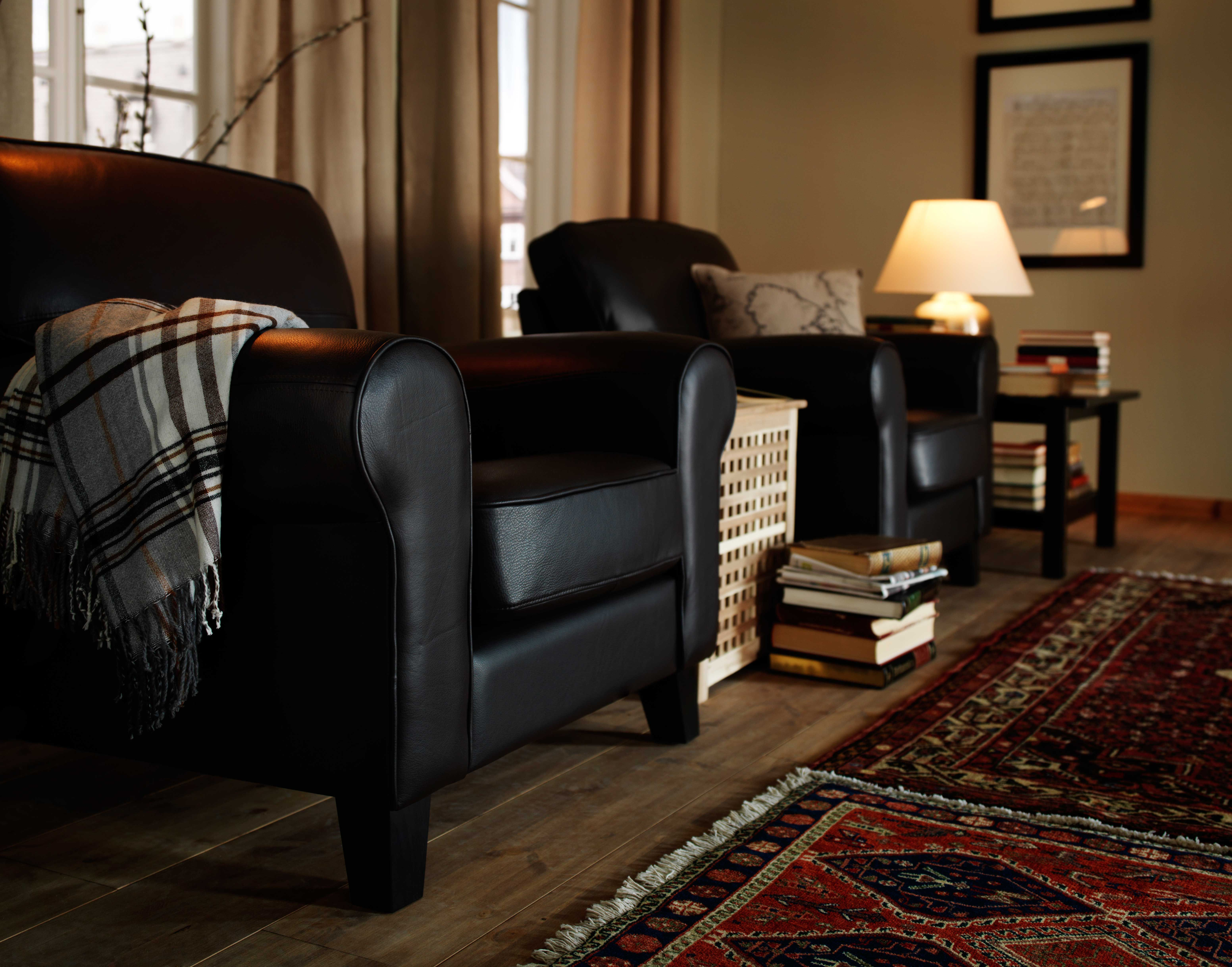 IKEA Sterreich Inspiration Wohnzimmer Sessel YSTAD Tischleuchte SELE Teppich PERSISK