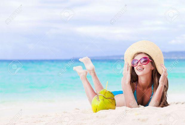 a7b57a6f3f5a6c ღ ♡  stylingwithamira ♡ ღ femme avec chapeau de plage en paille à la plage