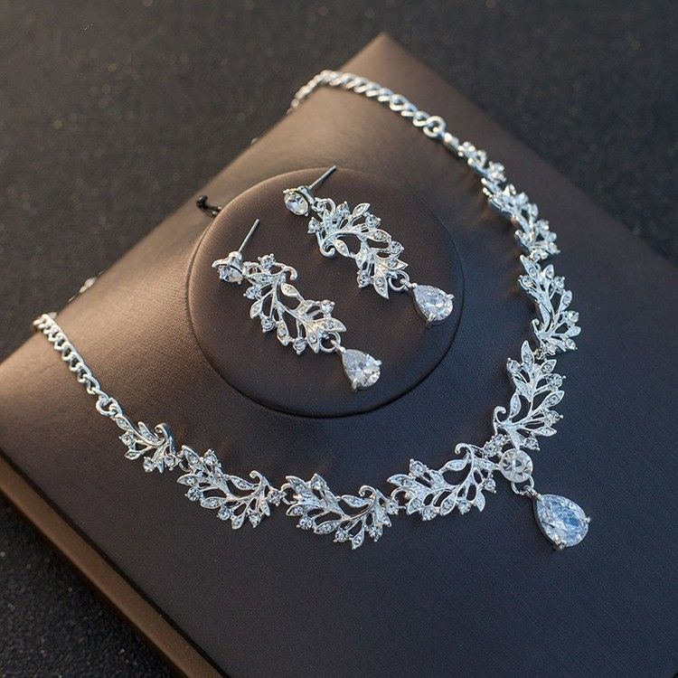 Stunning Crystal Women's Jewelry Set Including Necklace, Earrings