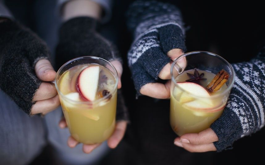 A delicious non-alcoholic apple cocktail that will warm you up on chilly autumn days