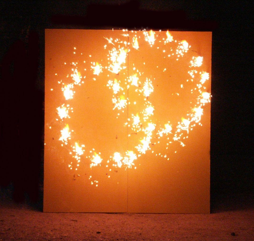 lichterbild brennende ringe zur hochzeit romantische. Black Bedroom Furniture Sets. Home Design Ideas