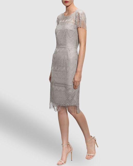 Vestido corto, realizado en encaje en color gris plata, con