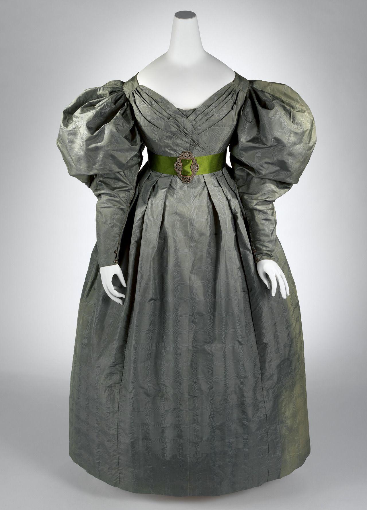 Dress ca. 1830 From the Metropolitan Museum of Art Rush Dresses, Historical Costume, Historical Clothing, Historical Dress, Victorian Fashion, 1800s Fashion, Antique Clothing, Fashion History, Biedermeier