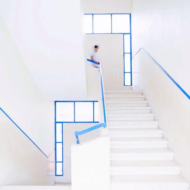 Serge Najjar arquiteto , escada azul e branco