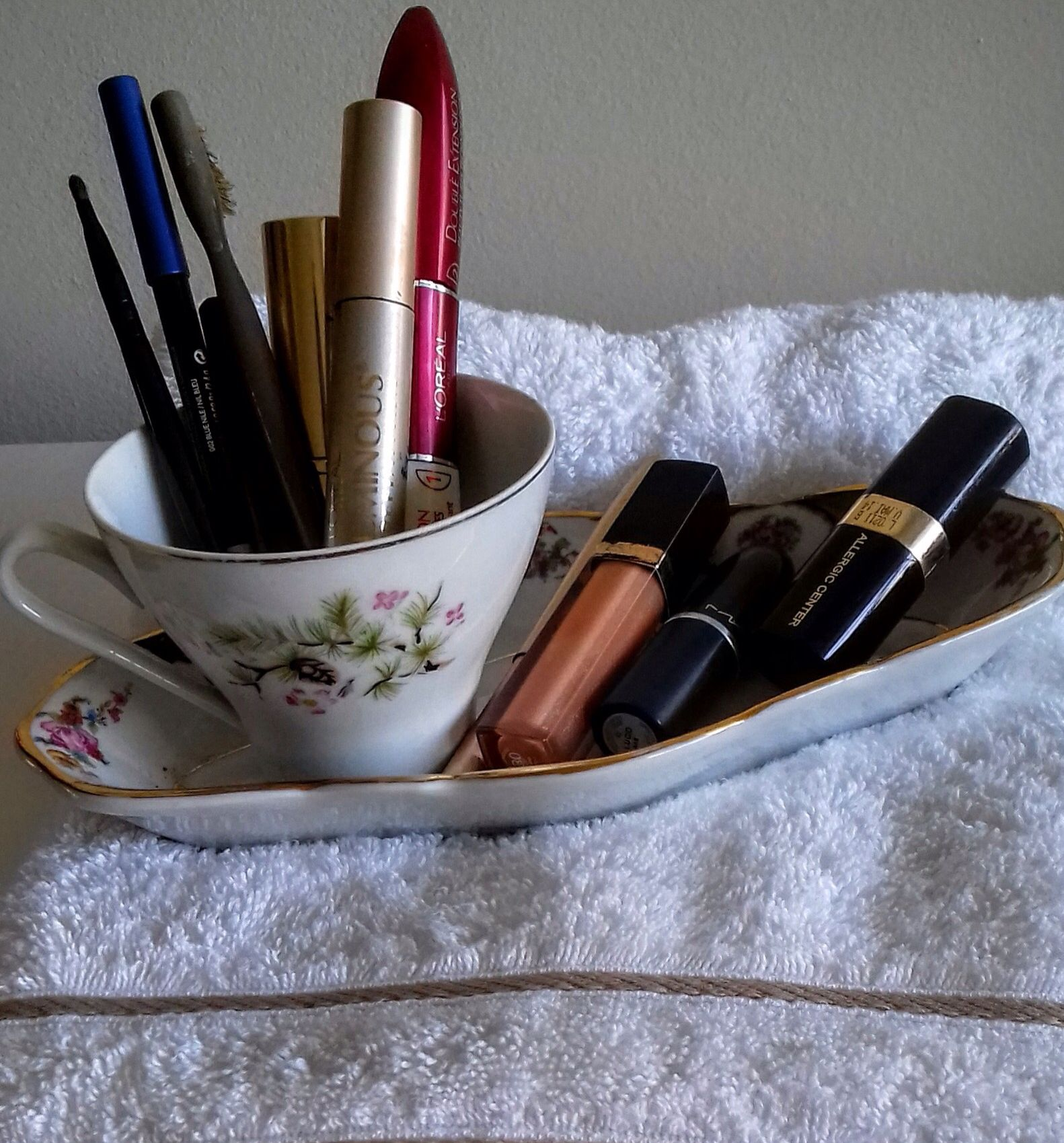 Xícara antiga usada no banheiro para maquiagens de uso diário