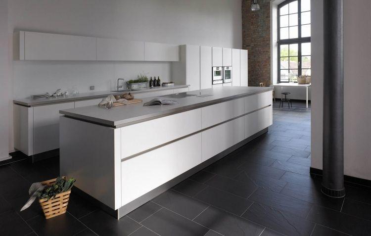 Moderne Küche Mit Kochinsel Aus Weißem Mattlack