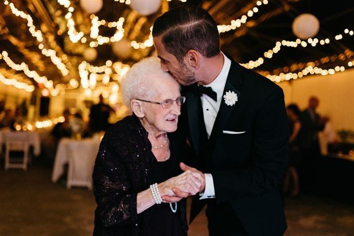 Emocionantes Fotos de Casamento Noivo faz questão de dançar com sua avó de mais de 90 anos.