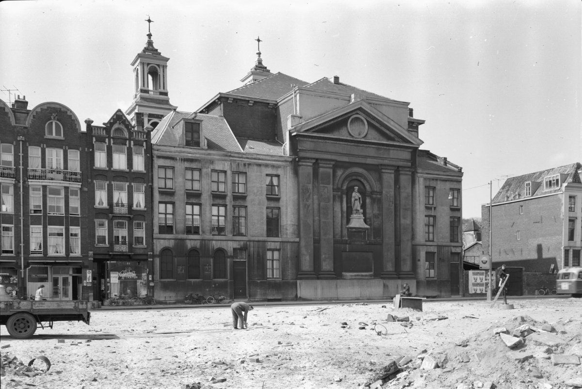 1940. Waterlooplein in Amsterdam before the German occupation. In the background the Moses and Aäronkerk. Photo Henk Valks. #amsterdam #1940 #waterlooplein
