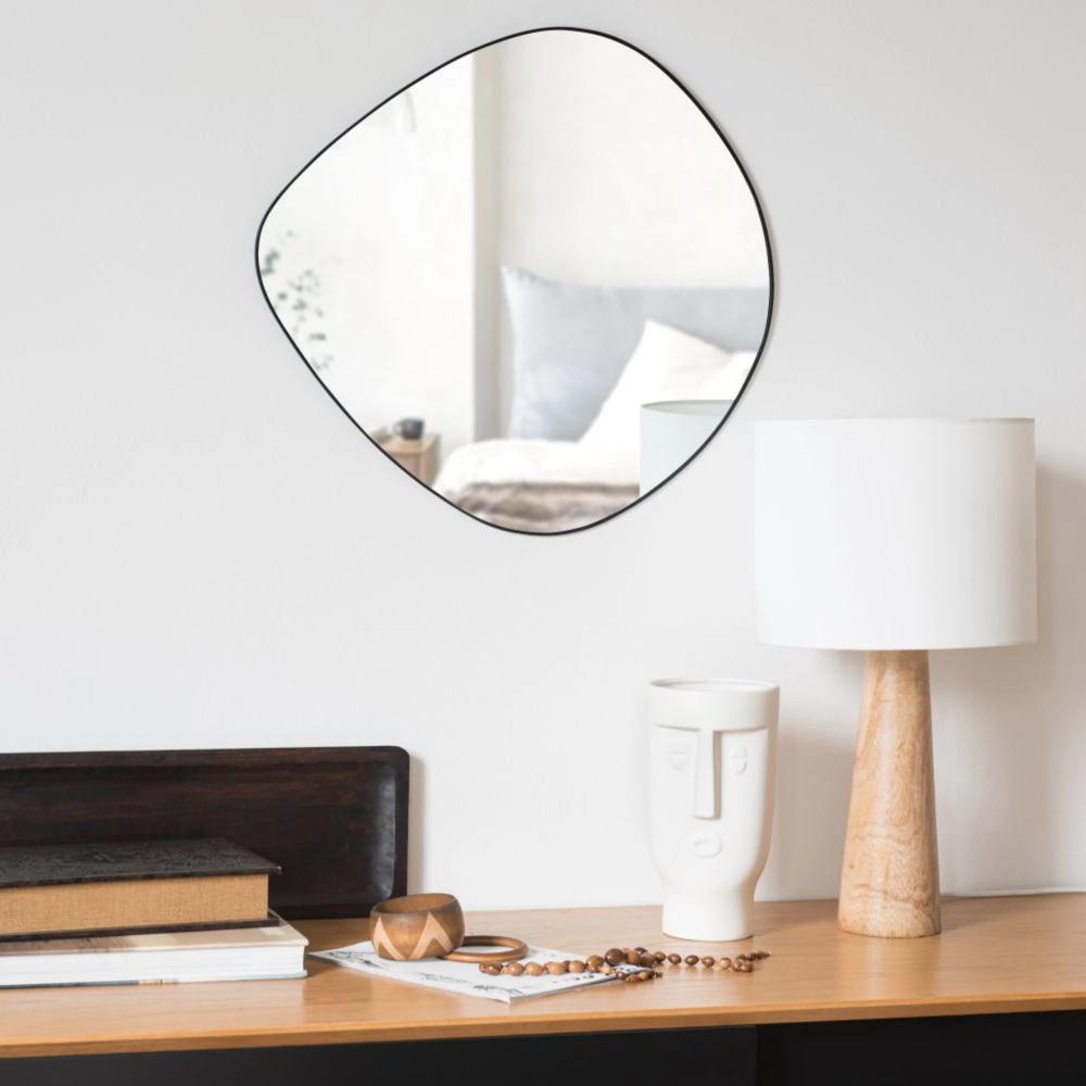Specchio Ovoidale In Metallo Riciclato Nero Opaco 50 Cm En 2020 Miroir Ovale Deco Maison Du Monde Maison Du Monde
