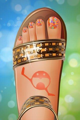 Uñas naranja con topitos de colores y tatuaje. Foot spa