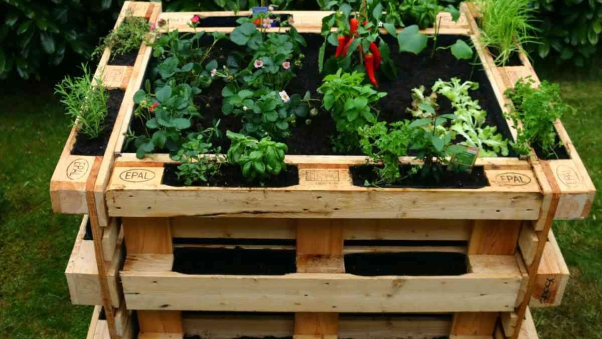 Hochbeet Aus Paletten Bauen Diy Anleitung Mit Video Hochbeet Aus Paletten Hochbeet Gartenmobel Aus Paletten