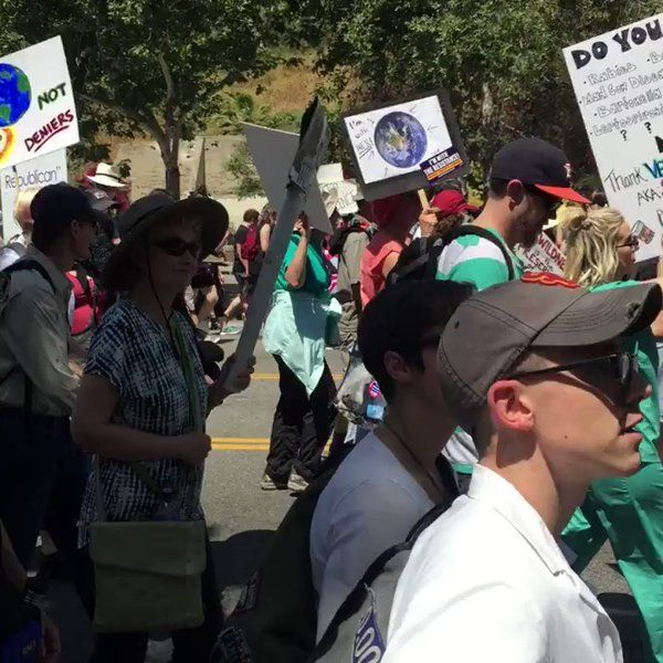 "Karen Hao on Twitter: ""Huge showing today at #MarchforScienceLA under the beating sun 🌞 https://t.co/Y6e8A6L5TS"""